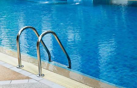 Trattamento piscine cloro sale antialghe emilio for Cloro liquido per piscine